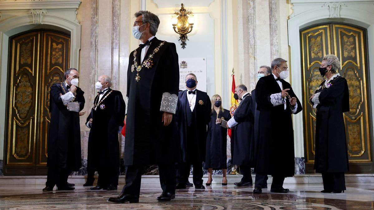 El presidente del Tribunal Supremo y del CGPJ, Carlos Lesmes, junto con otros miembros de la judicatura en el Tribunal Supremo.