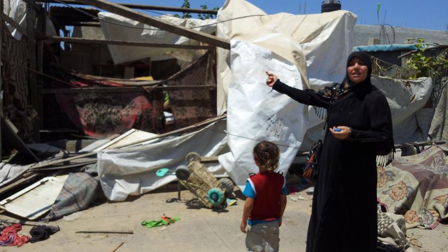 La madre de Walla' y Ahmed explica cómo sus hijos entraron en la casa bajo la atenta mirada de los soldados israelíes/ Foto: Isabel Pérez.