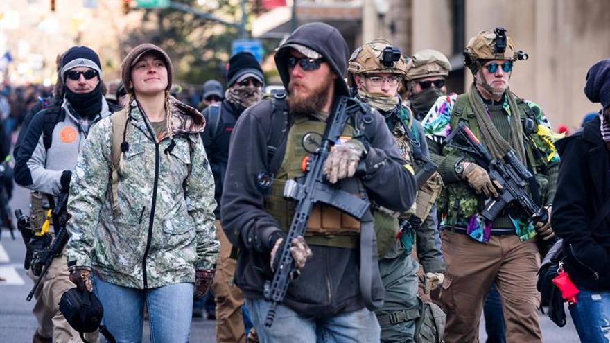 Partidarios de los derechos de las armas fueron registrados este lunes, durante una concentración frente al capitolio del estado de Virginia, en Richmond (Virginia, EE.UU.).