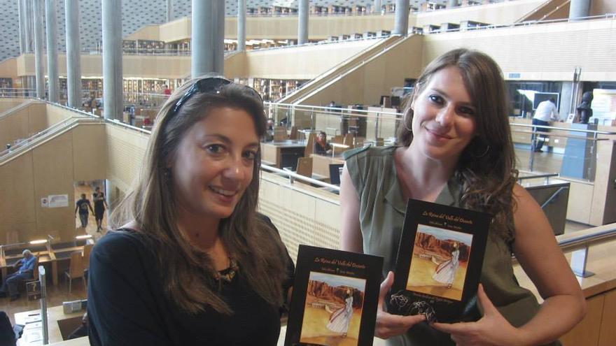 Irene Morfini (izquierda) y Milagros Álvarez en la Biblioteca de Alejandría con su novela gráfica.