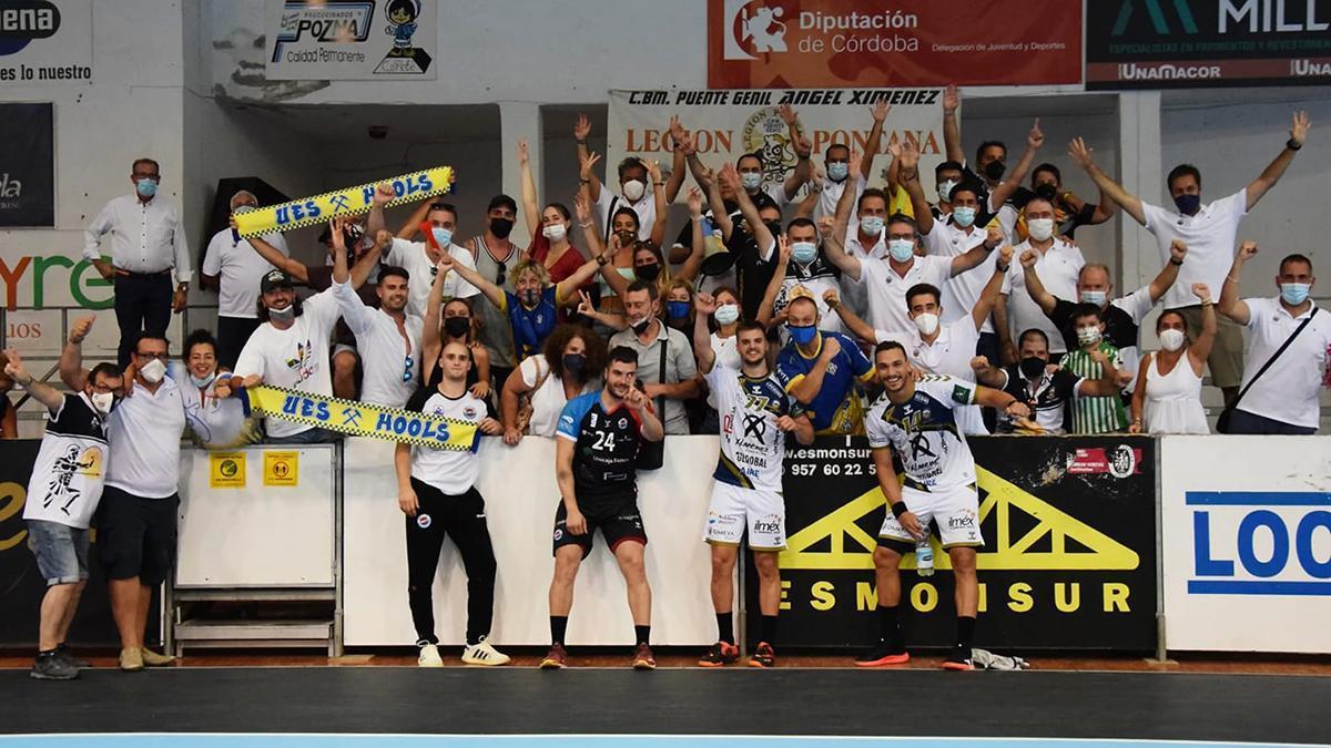 Jugadores del Ángel Ximénez celebrando un triunfo con su afición.
