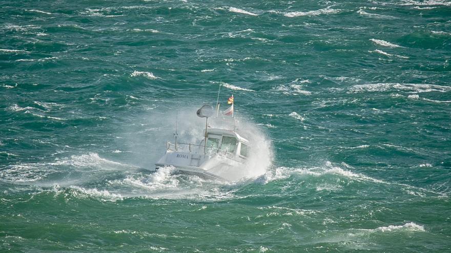 La pequeña embarcación de recreo 'Roma' entrando en la bahía de Santander momentos antes de naufragar y de que su ocupante falleciera. | ROMÁN GARCÍA