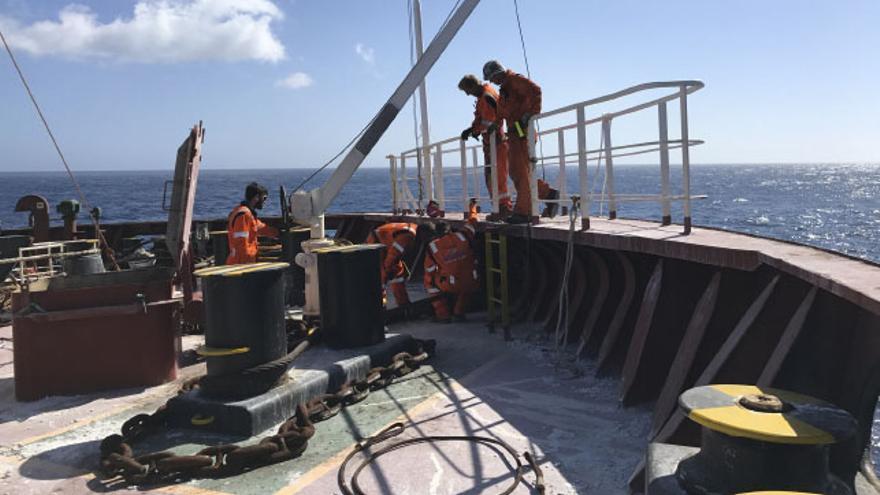 Técnicos de Salvamento Marítimo a bordo del 'Cheshire'