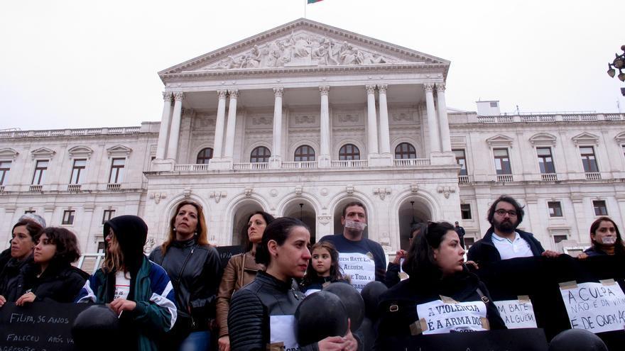 Las sociedad portuguesa se manifiesta en contra de los asesinatos de mujeres en el país.