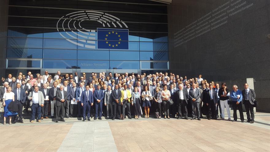 Foto de familia de los representantes de las RUP, este lunes en Bruselas, con el consejero canario Narvay Quintero