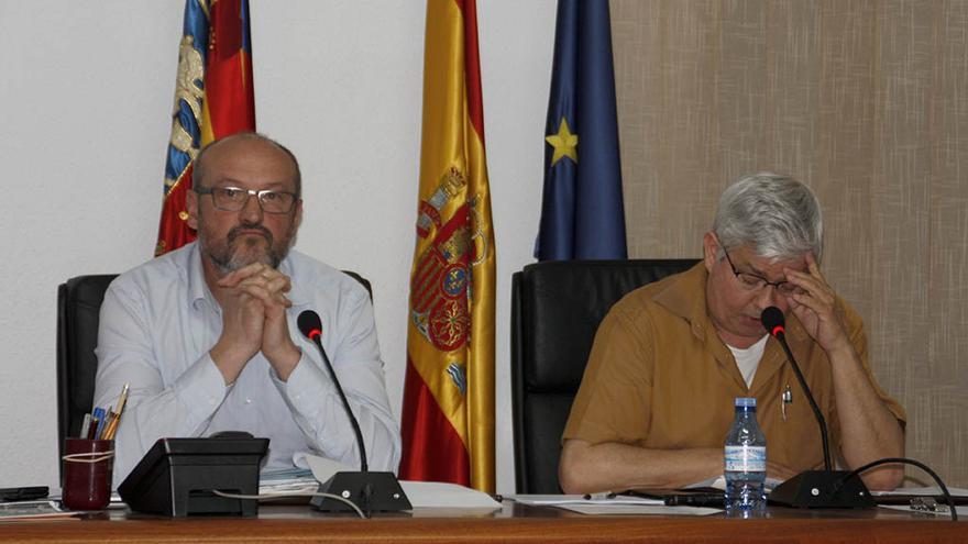 El secretario del Ayuntamiento de Poble Nou de Benitatxell (a la derecha), junto al alcalde, Josep femenia.