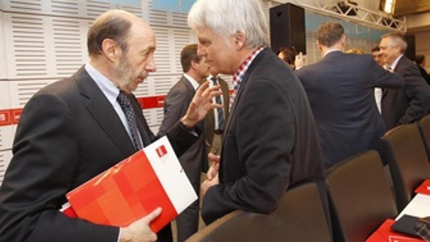 Alfredo Pérez Rubalcaba junto a José Miguel Pérez, este sábado.