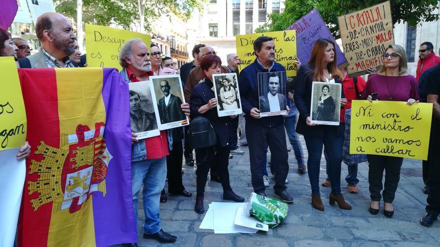 Concentración de asociaciones memorialistas frente al Ayuntamiento de Sevilla