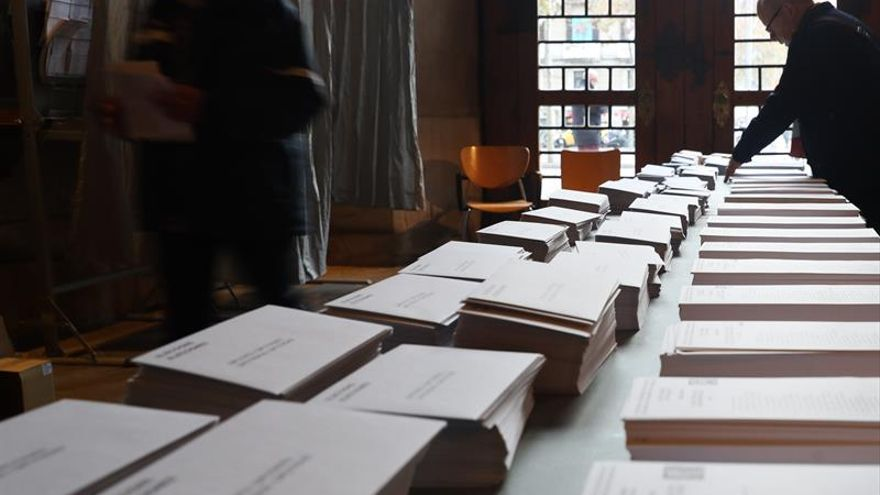 Varias personas en el colegio electoral de la Plaza de la Universidad de la ciudad condal / EFE