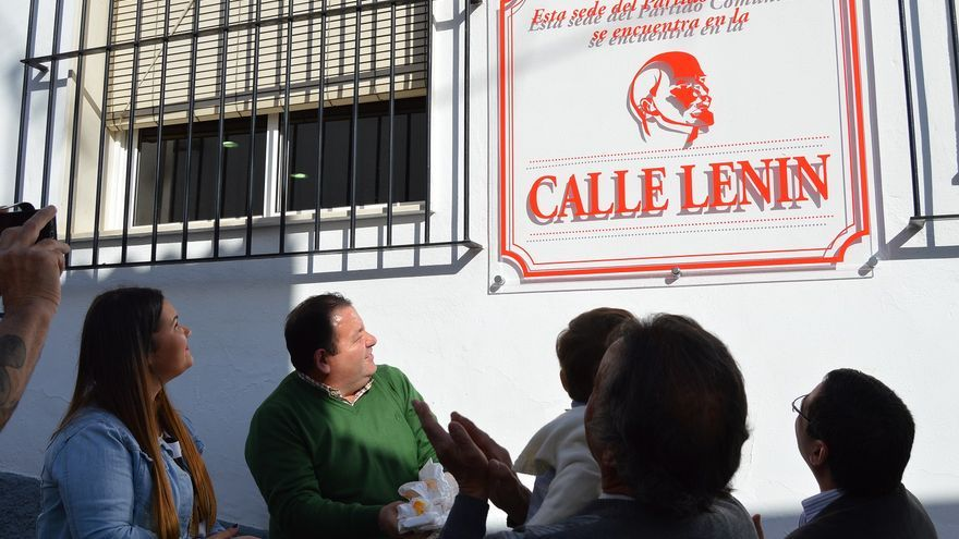 Colocación de una placa con la 'calle Lenin' en la sede del PC de Badolatosa.