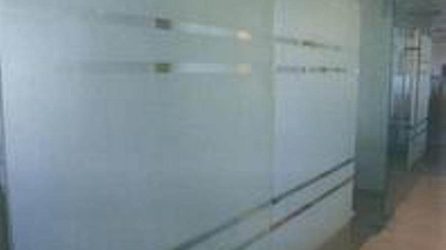 Los paneles acristalados tratados al ácido que quiere el PP en sus despachos del Parlamento.