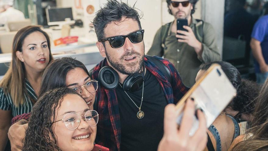 Pablo López fue recibido por numerosos fans en el Aeropuerto.