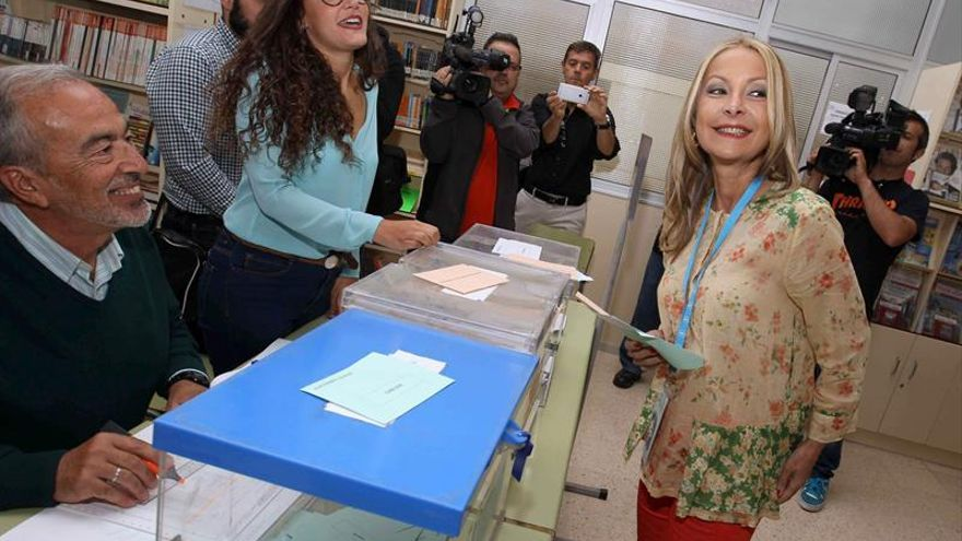 La candidata del PP a la Presidencia del Gobierno de Canarias, Australia Navarro, en la mesa electoral donde hoy ejerció su derecho al voto en Las Palmas de Gran Canaria. EFE/Elvira Urquijo A.