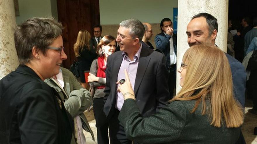 La secretaria autonómica, María José Mira, y el conseller de Economía, Rafa Climent, en el centro, en los Premis Llibertat Expressió 2016.
