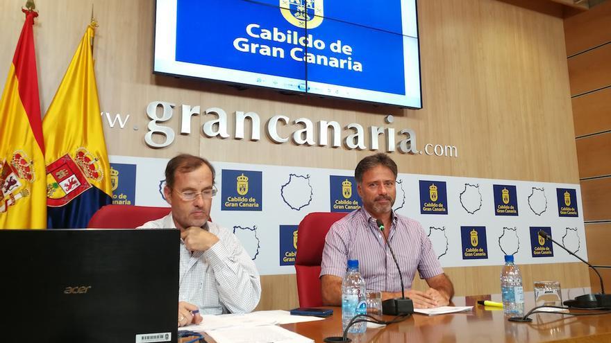 El consejero de Medio Ambiente, Miguel Ángel Rodríguez (derecha).