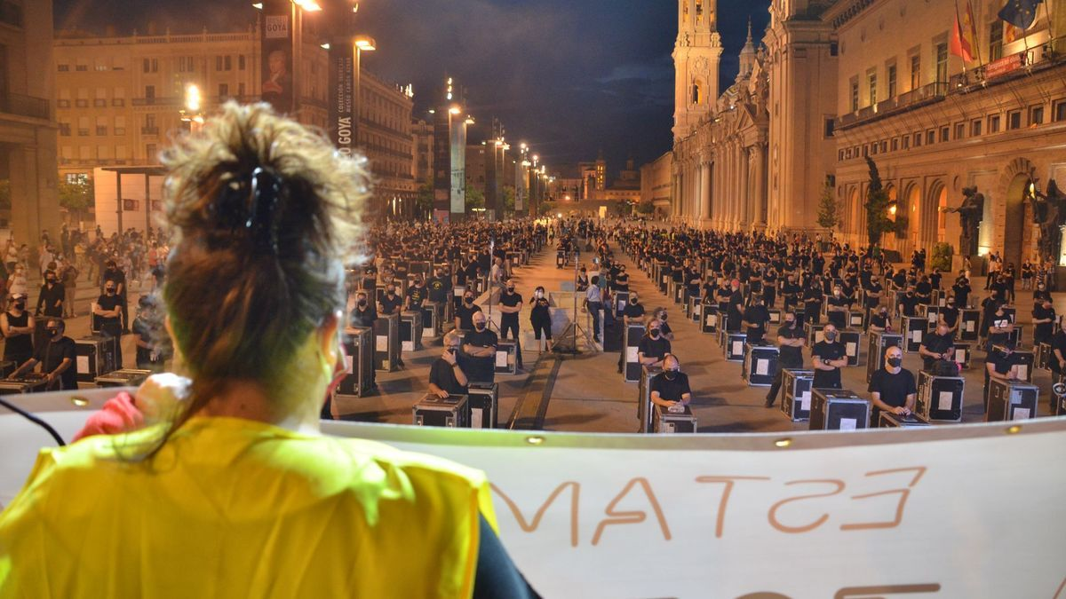 Acto de visibilización de la vulnerabilidad a la que se enfrenta el sector de la cultura y el espectáculo, reunido en el movimiento El movimiento Alerta Roja, en la Plaza del Pilar de Zaragoza en septiembre de 2020