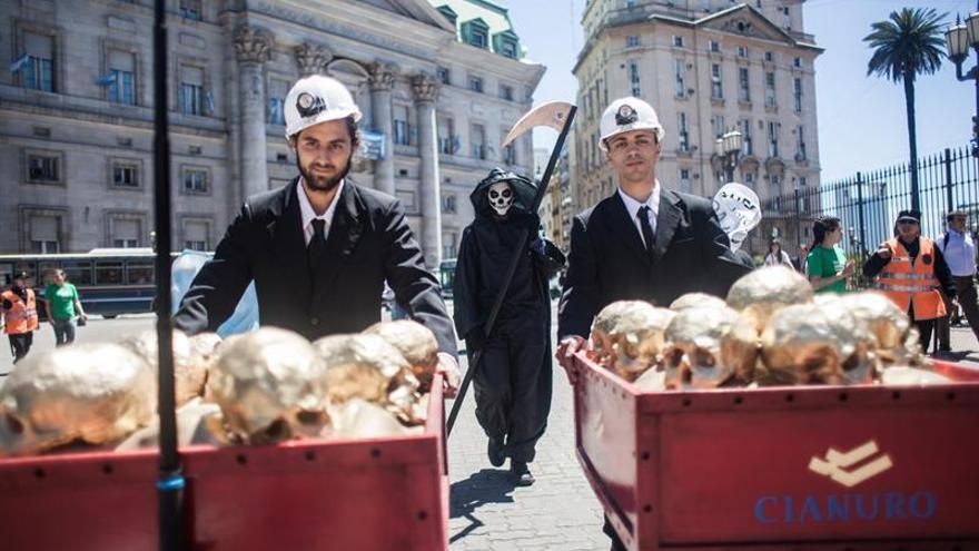 Greenpeace usa calaveras de oro para denunciar el apoyo de Macri a Barrick Gold