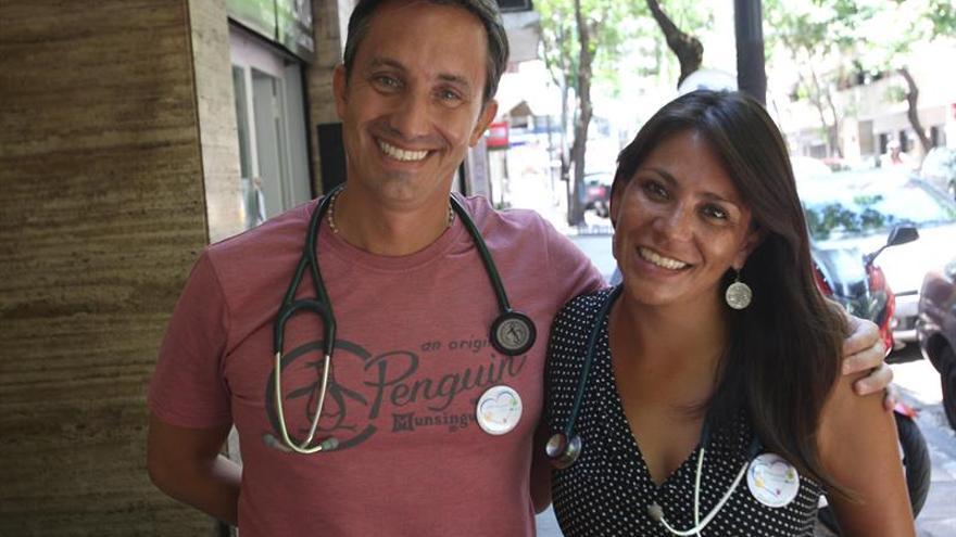 """Médicos argentinos """"regalan una hora"""" para atender personas de pocos recursos"""