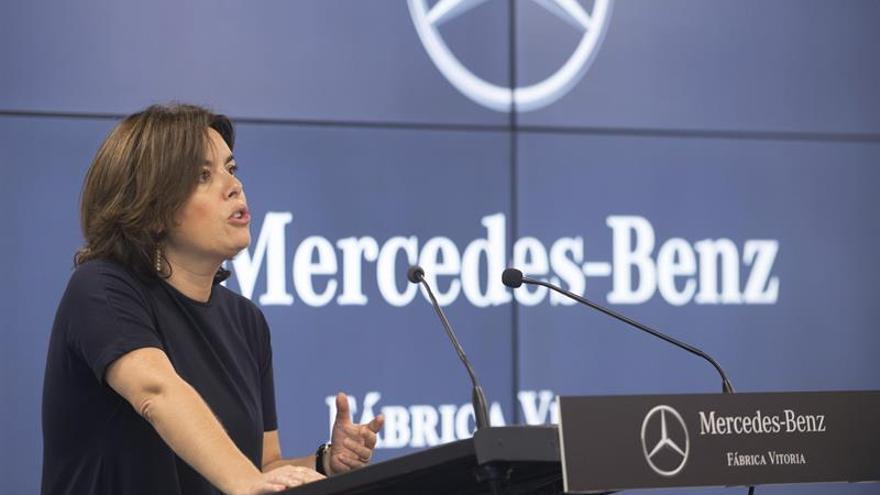 Sáenz de Santamaría dice que Mercedes aporta a España un sello de calidad muy importante