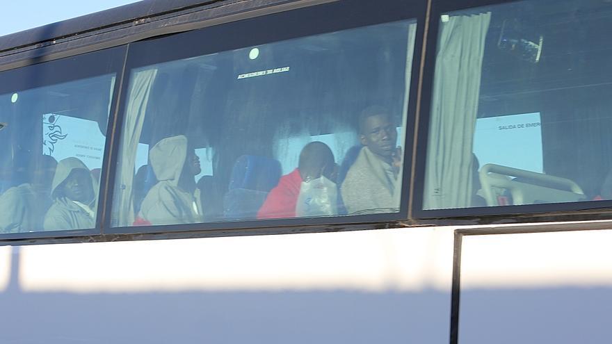 Migrantes llegados al puerto de Arguineguín el domingo 29 de diciembre