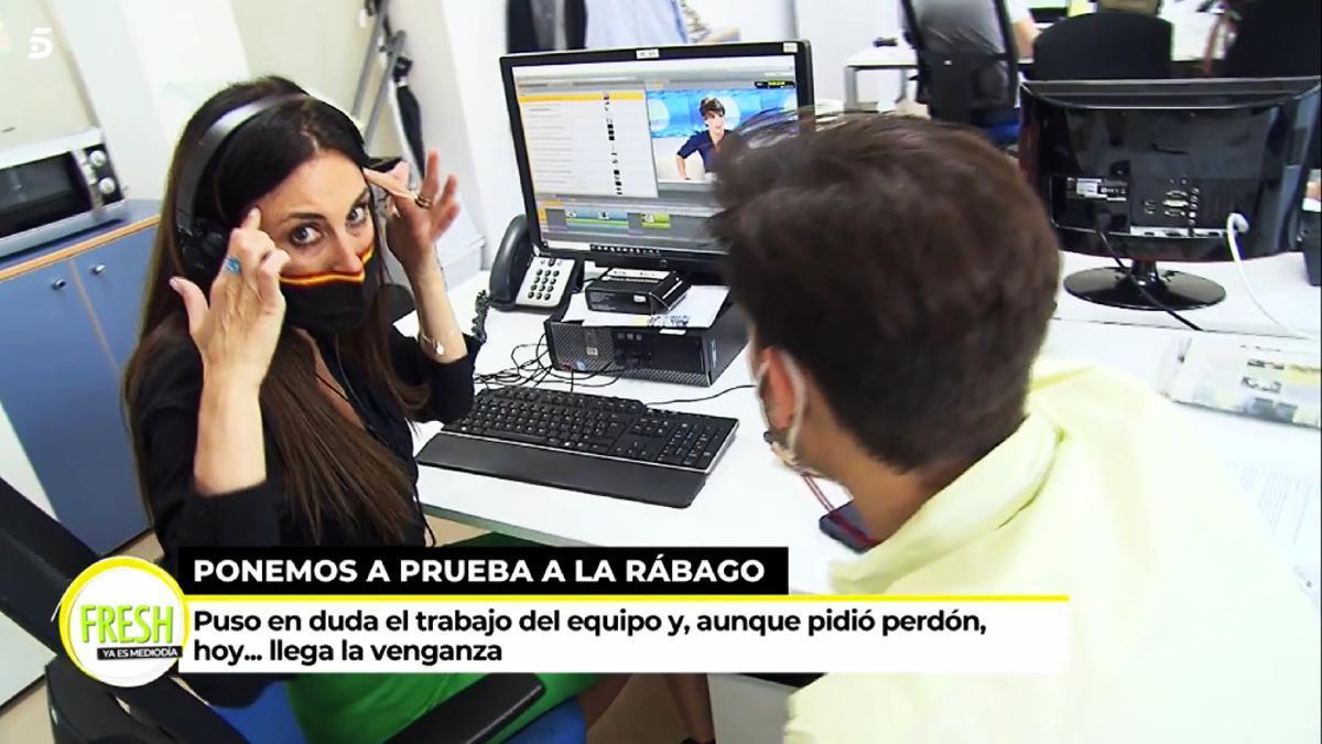 Isabel Rábago montando un vídeo en 'Ya es mediodía'