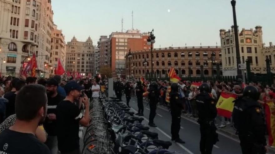 La Policía Nacional separando la manifestación antifascistas de los boicoteadores de ultraderecha