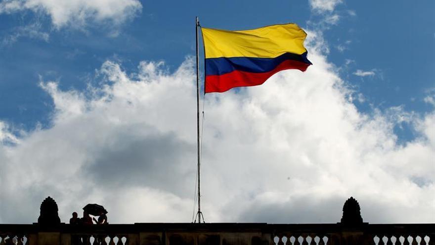 Plaza de Bolívar de Bogotá se tiñe de blanco para celebrar la firma de la paz