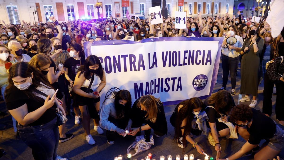 Asistentes a la concentración de este viernes en la madrileña Puerta del Sol para condenar los últimos casos de violencia machista.