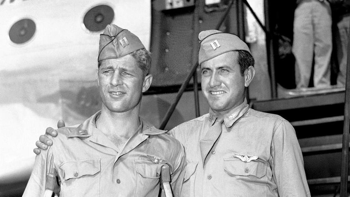 El capitán Louis Zamperini (derecha), junto al capitán Fred Garrett, a su llegada a la base aérea de Hamilton, California, el 3 de octubre de 1945.