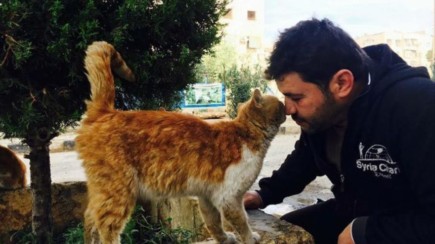 Alaa con uno de sus gatos rescatados en Alepo.