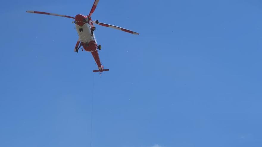 Un momento del rescate del ciclista en el barranco de Los Hombres, en Puerto Naos, Los Llanos de Aridane.
