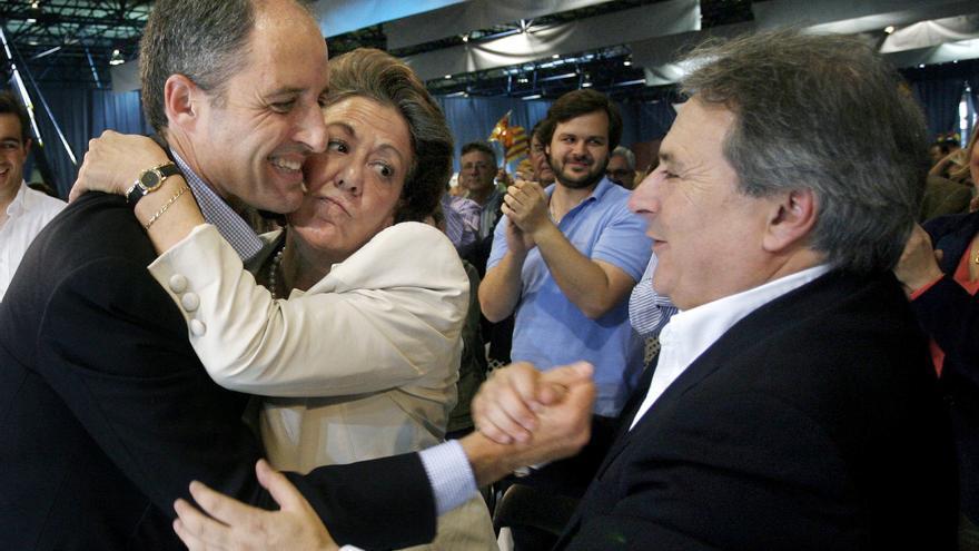 Francisco Camps saluda a la alcaldesa de Valencia, Rita Barberá, ante Alfonso Rus. 31/03/07 / Kai Försterling