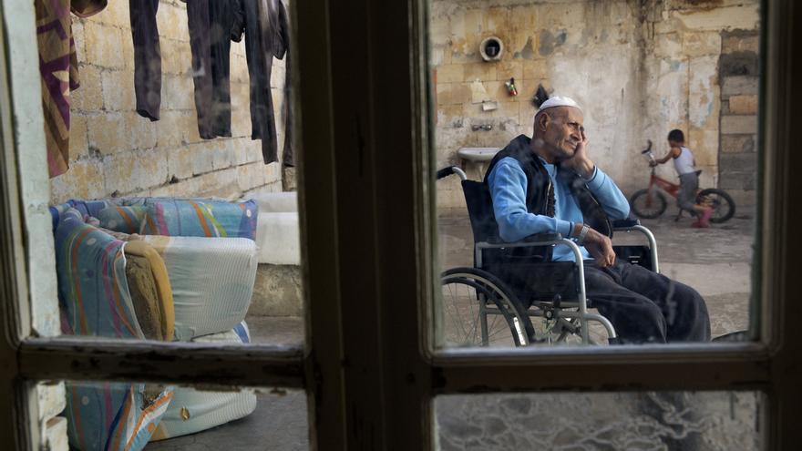 El anciano Yasín se queja del corazón. Dice que tuvo un infarto debido a la ansiedad que le provocaba tener a un hijo en el lado del régimen y a otro en la oposición. Ahora vive en Kilis, ciudad turca frontera con Siria en condiciones precarias. | Foto: Médicos Sin Fronteras