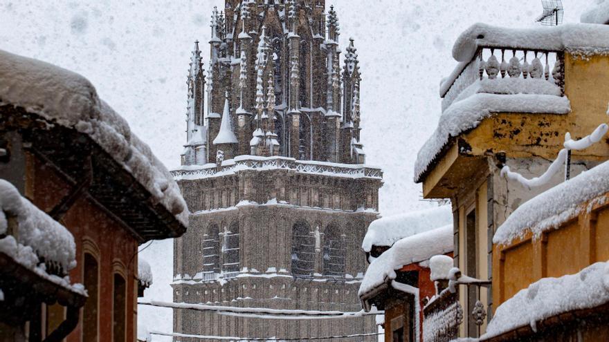 Tercer día en alerta por el temporal de nieve y frío que trae consigo la tormenta 'Filomena'. En la imagen, torre de la catedral de Toledo cubierta de nieve