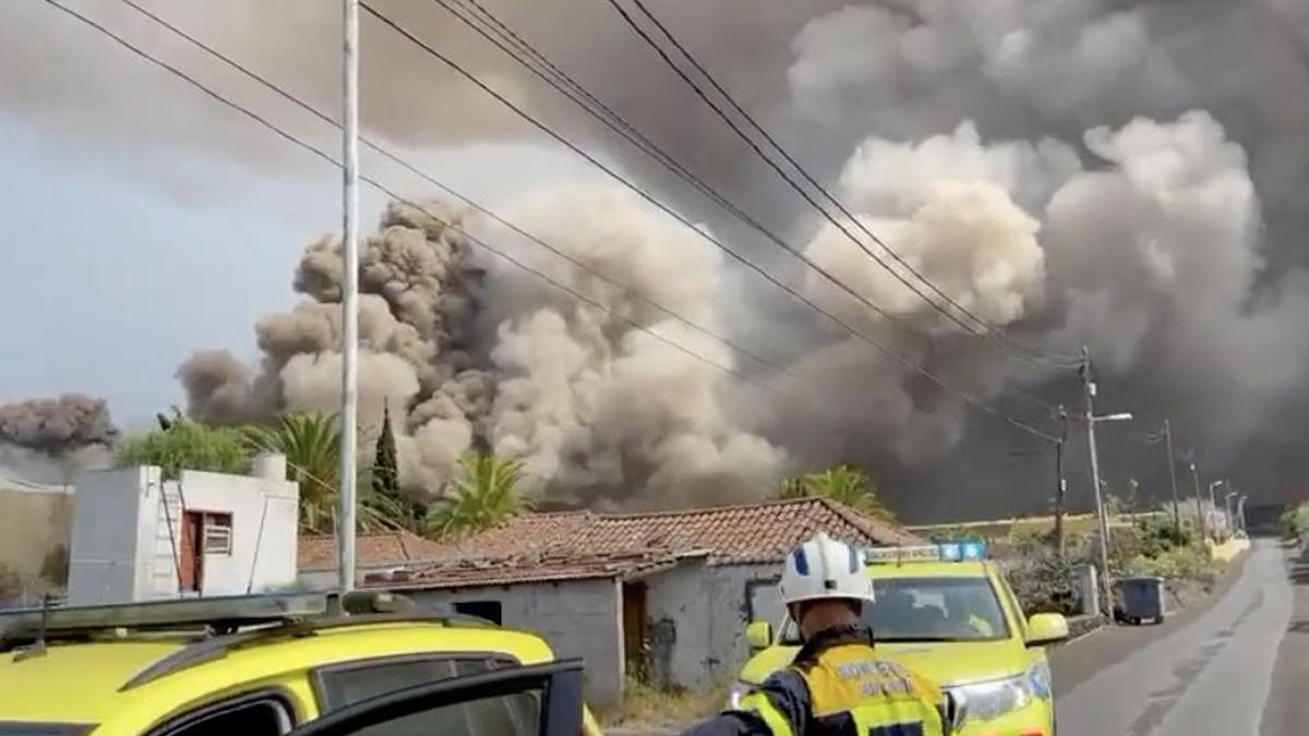 Columnas de humo provocadas por la llegada de la lava a los invernaderos