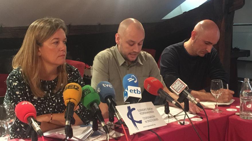 Los responsables del estudio y la portavoz de la coordinadora de ONGDs, Sofía Marroquín.