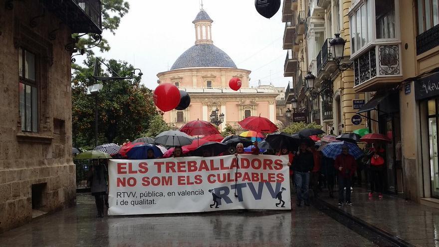 La cabecera de la manifestación por el tercer aniversario de Canal 9 a su llegada al Palau de la Generalitat.