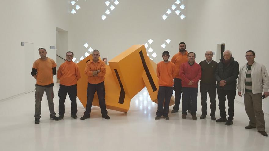 Juan Serrano posa con los operarios ante una de sus esculturas   Pedro Caro
