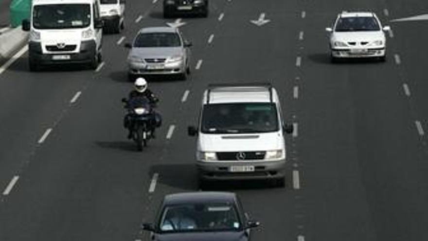 Aparcar en el carril bus y conducir sin las luces reglamentarias dejarán de restar puntos del carné a partir de mañana