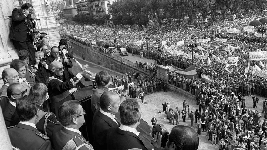 Madrid, 01/10/1975. - Desde primeras horas de la mañana se ha ido concentrando en las calles de Madrid, para converger en la Plaza de Oriente, un numeroso grupo de manifestantes que expresaban su apoyo al Jefe del Estado, Francisco Franco. La mayoría portaban banderas y pancartas contra el comunismo, terrorismo e injerencias extranjeras. En la imagen, en el balcón del Palacio Real Franco realizó un discurso y estuvo acompañado por los Príncipes de España, miembros del Gobierno y el Alcalde de Madrid. De izda. a dcha.: Juan Carlos, Sofía, Franco, Carmen Polo, y Arias Navarro. EFE/rba