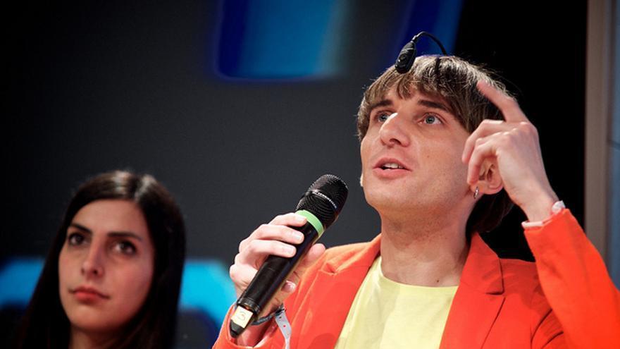 Neil Harbisson, el primer cíborg reconocido por un Estado, puede escuchar los colores con su dispositivo
