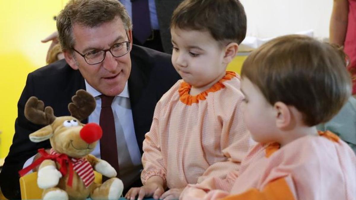 El titular del Gobierno gallego, Alberto Núñez Feijóo, visita las instalaciones de la escuela infantil Santa Susana en Santiago de Compostela