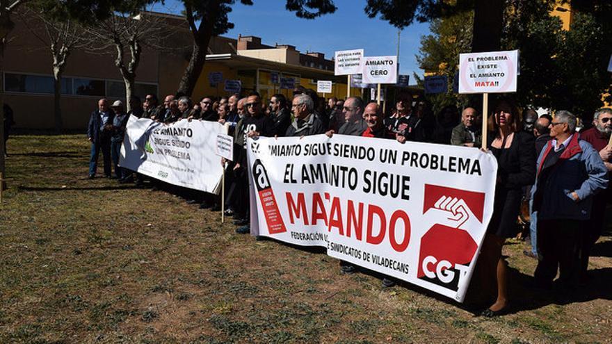 Concentración de trabajadores y afectados por el amianto en Viladecans (Barcelona)