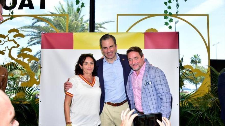 El secretario general de Vox, flanqueado por el juez Alba y la secretaria judicial Teresa Lorenzo, destinada a un juzgado de Violencia sobre la Mujer.