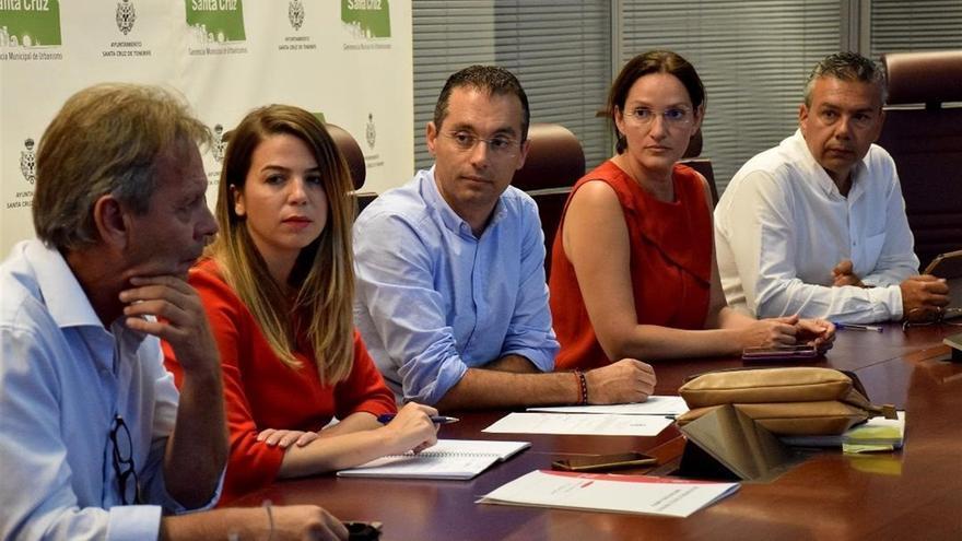 Los concejales santacruceros del PP Carlos Tarife (centro) y Zaida González (a su derecha), esta junto a Dámaso Arteaga, de CC