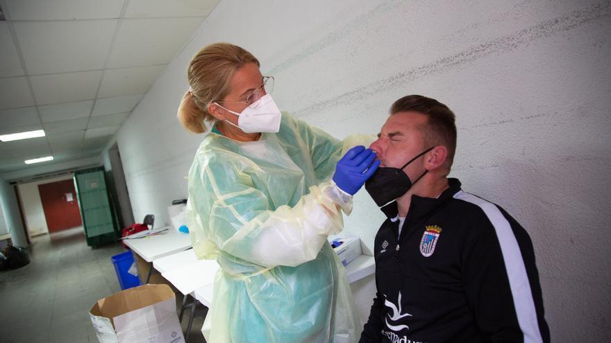 Archivo - Una sanitaria realiza un test de antígenos o una PCR a un hombre