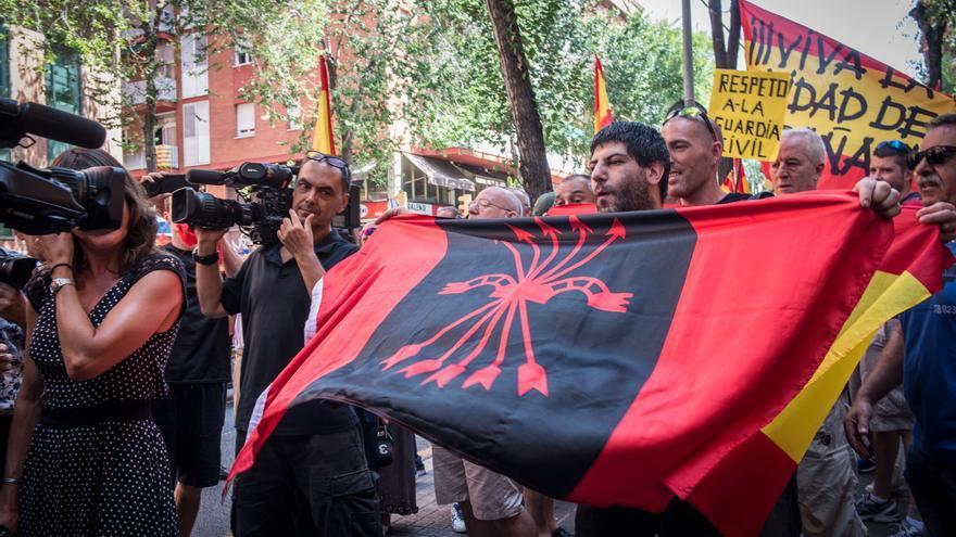 Un militante de Falange Española y de las JONS durante una concentración frente a la Guardia Civil