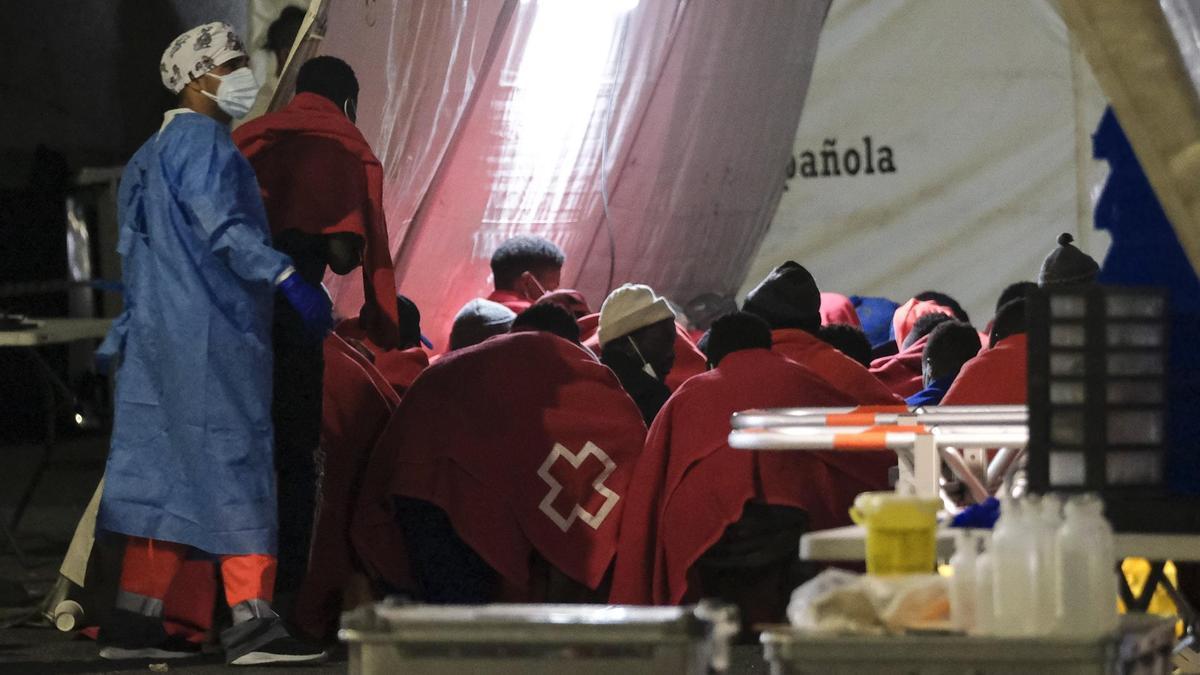 Las personas rescatadas por Salvamento reciben atención sanitaria poco después de llegar al sur de Gran Canaria