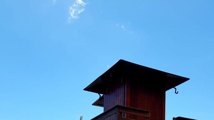 Un momento del izado de la Bandera Azul en la playa de Bajamar (Breña Alta).