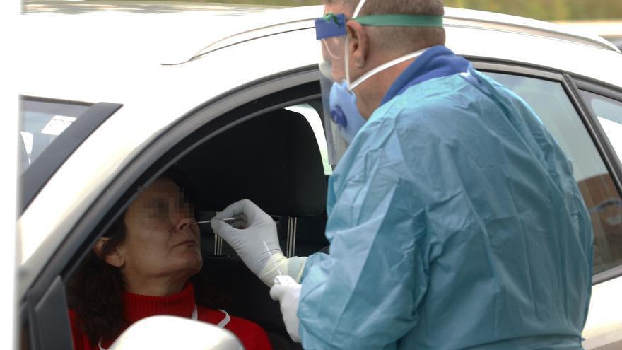 Dispositivo sanitario de la prueba test del PCR para detectar la infección por coronavirus a las personas desde su coche, instalado en el recinto de aparcamiento del centro de salud de la barriada La Roca, en Málaga,, a 23 de enero de 2020.